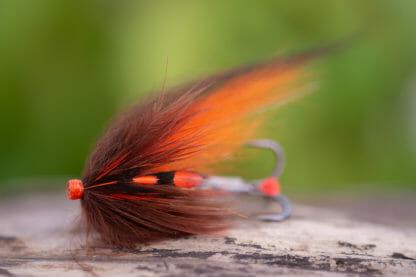 laxfluga i mönster brown and orange bunden på tub