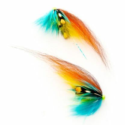 två laxfugor i mönster 'den vanlige' bundna på tub med hårvinge i färgerna blå, gul, orange och brunt