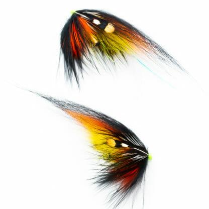 två laxfugor i mönster 'willie gun' bundna på tub med hårvinge i färgerna gult, orange och svart