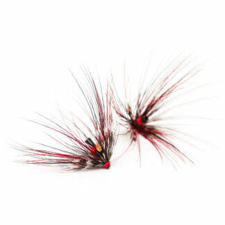 två laxfugor / havsöringsflugor i mönster 'black doctor spey' i färgerna röd och svart på vit bakgrund