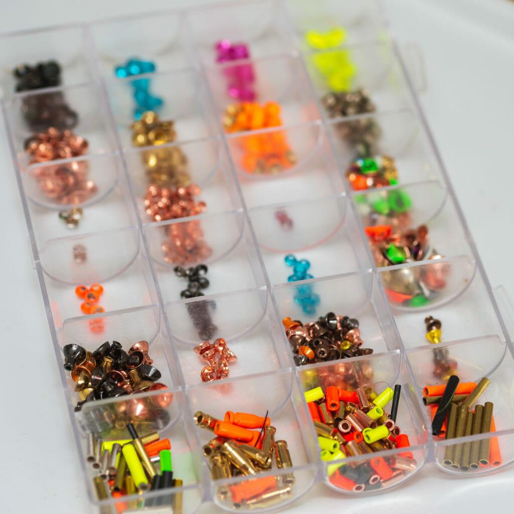 en förvaringslåda med flugbindningsmaterial såsom tuber och koner i olika färger