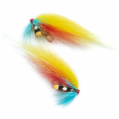 två laxfugor i mönster 'garry dog' bundna på tub med hårvinge i färgerna gult, rött och blått